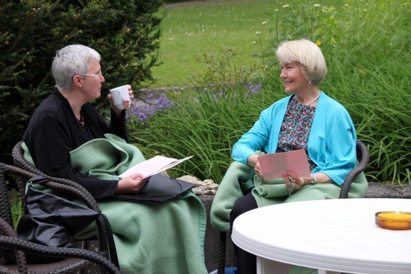 Pausengespräch auf der Terrasse