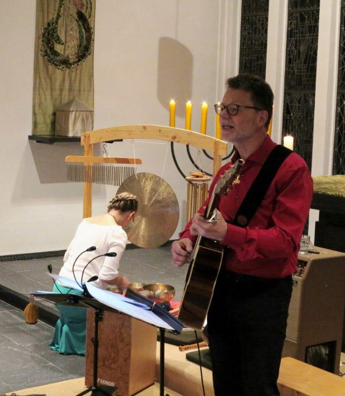 A. Pesold untermalt  den Gesang von R. Burchhardt mit Tönen aus Klangschalen
