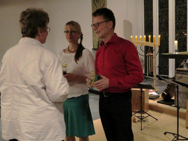 Frau Dorothee, Die Hegge, bedankt sich bei den Künstlern