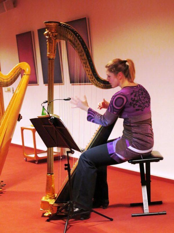 Die Künstlerin an der 200 Jahre alten Harfe