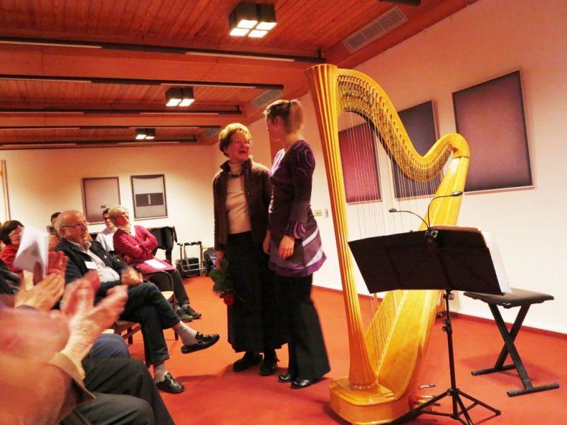 Dr. Anna Ulrich bedankt sich im Namen der begeisterten Zuhörer
