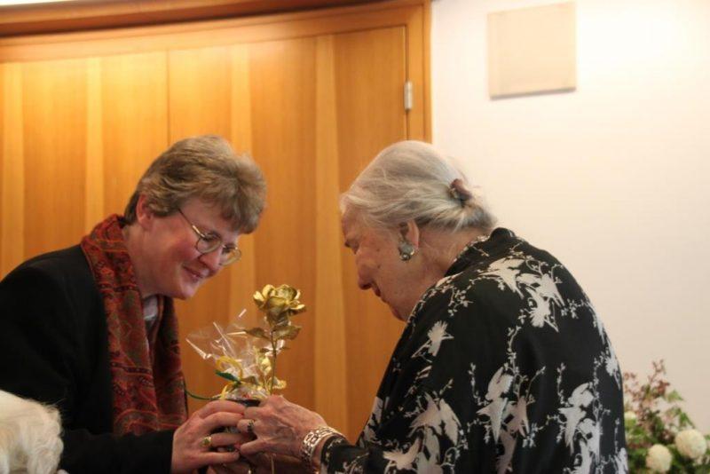Dr. Ursula Heindrichs bekommt eine goldene Rose