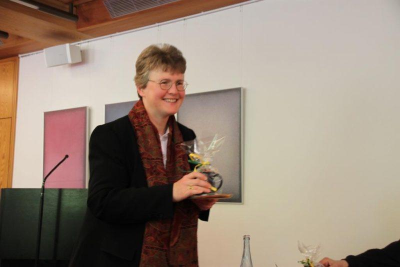 Frau Dorothee überreicht eine Hegge-Tasse