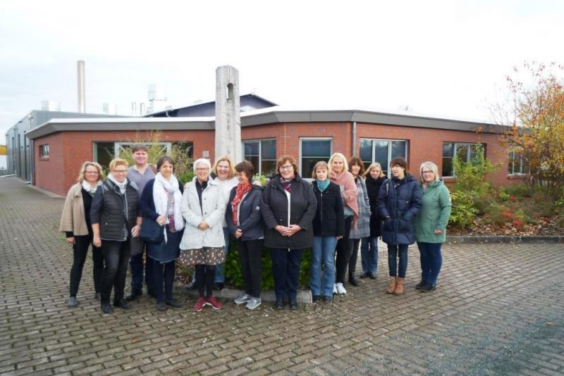 Gruppenbild vor dem Krematorium