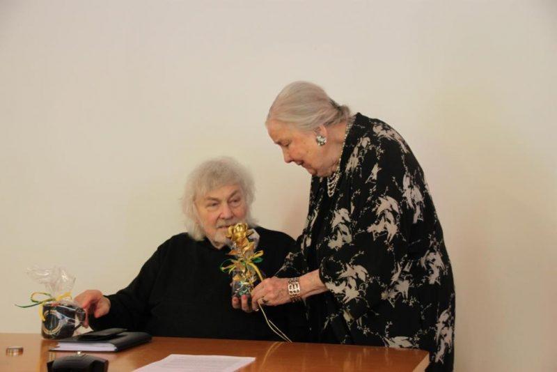 H.A.Heindrichs genießt den Duft der goldenen Rose