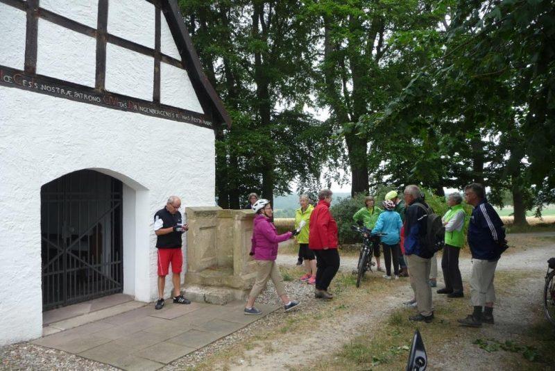 Vor der Schonlaukapelle bei Dringenberg