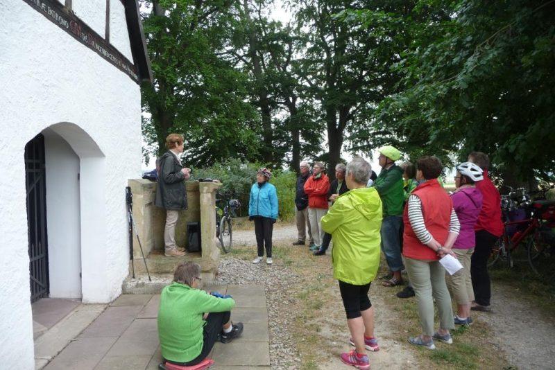 Frau Anna erzählt die Geschichte des ehemaligen Gerichtsplatzes - Freistuhl