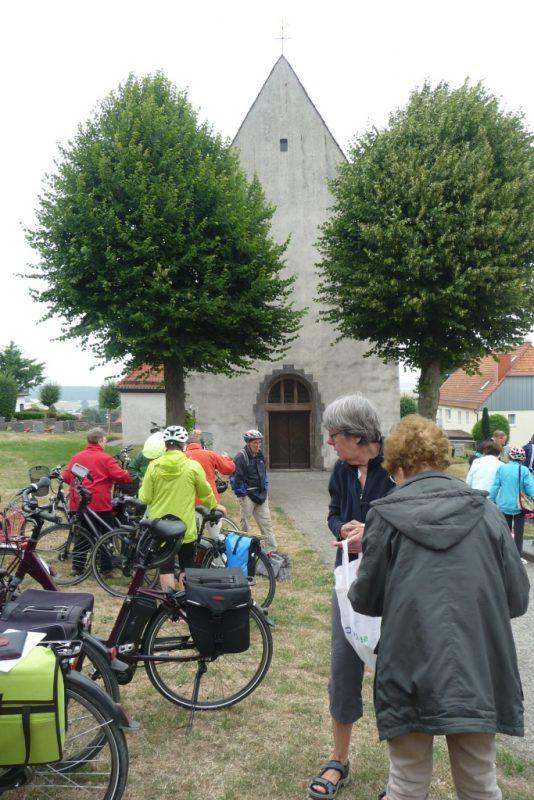 Vor der Kirche in Altenheerse