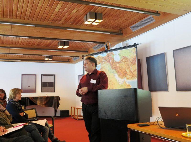 Dipl. theol. Damian Lazarek, Die Hegge, begrüßt die Tagungsteilnehmer