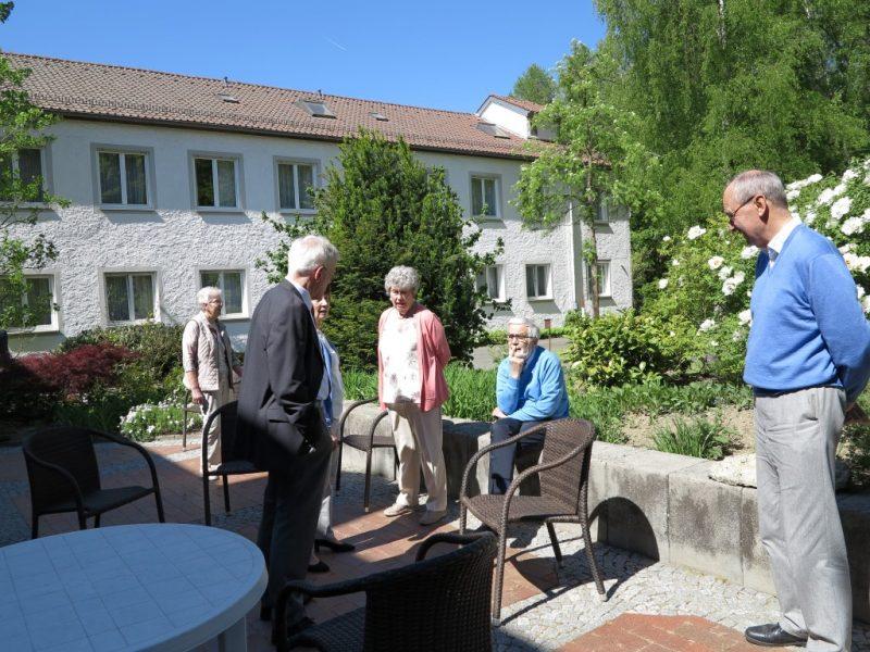 Herrliches Maiwetter lädt zu Pausengesprächen auf der Terrasse ein