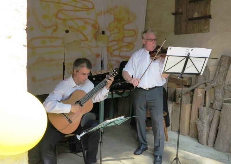 Klänge von Geige und Gitarre ( Pfr. Johannes Insel und Gregor Lisson)