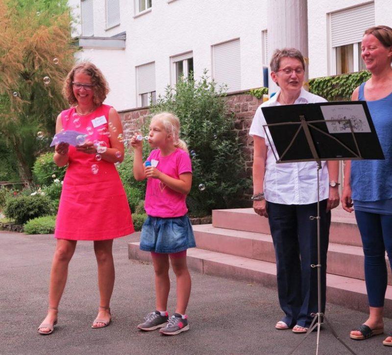 Dr. Anne Kirsch bedankt sich bei Sängerinnen und Zuschauern für ihr Kommen