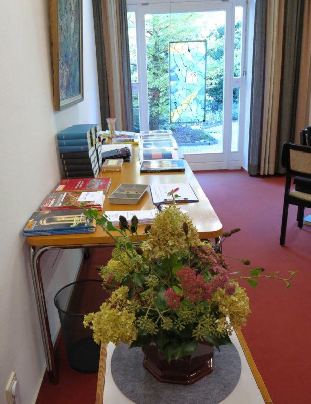Reich gedeckter Büchertisch