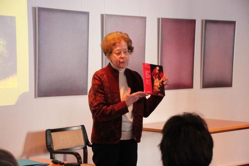 Frau Anna erläutert die Literatur