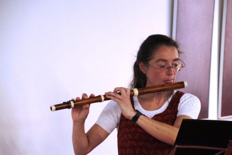 Regina Wenzel mit der Traversflöte
