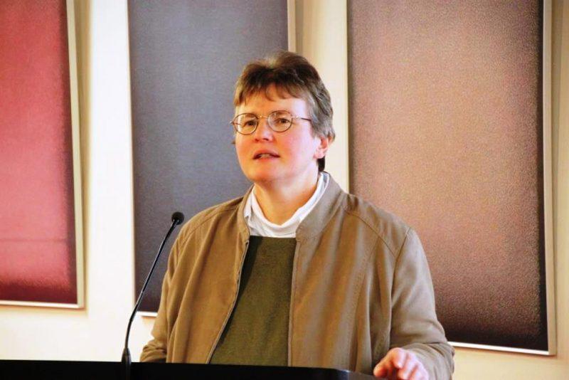 Frau Dorothee führt in den Vortrag von Frau Prof. Goodman-Thau ein