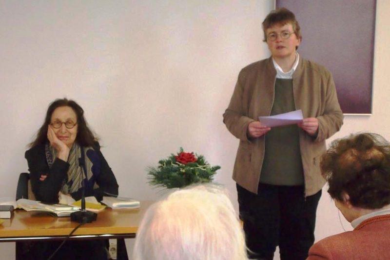 Frau Dorothee leitet die Diskussion