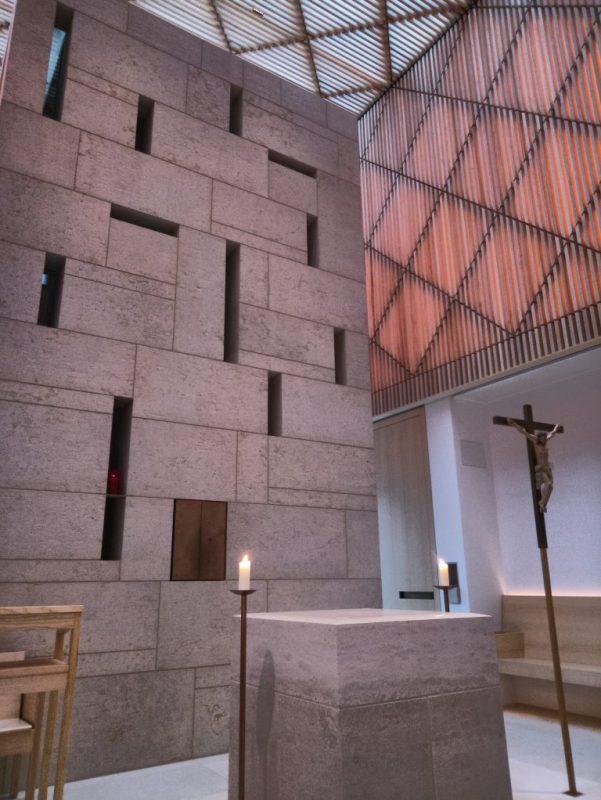 Seminarkirche: Blick auf den Altar und die Wand mit Tabernakel