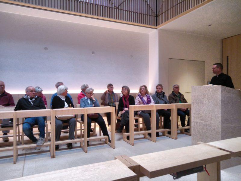 Die Seminarteilnehmer haben in dem modernen Gestühl der Seminarkirche Platz genommen