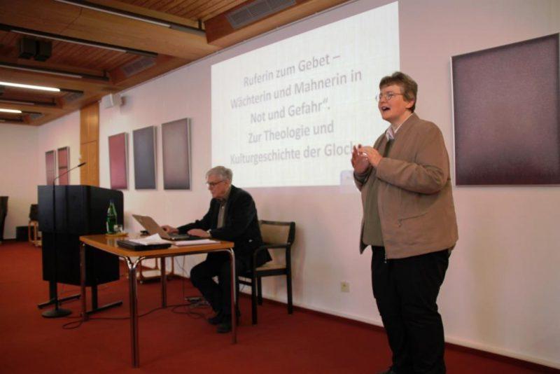 Frau Dorothee begrüßt Dr. Arnd Friedrich zu seinem Vortrag