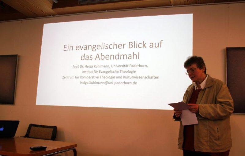 Begrüßung von Prof. Dr. Helga Kuhlmann durch Lic. theol. Dorothee Mann