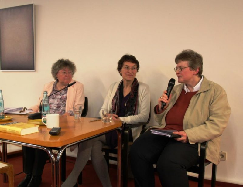 Drei Theologinnen in der Diskussion: v.li. n.re.Prof. D. Sattler, Prof. H. Kuhlmann, Lic.theol. D. Mann