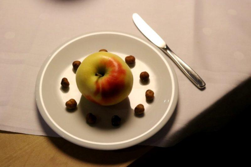 Genau abgezählt beim Fastenbrechen: 10 Haselnüsse und ein Apfel