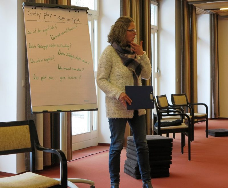 Dr. Anne Kirsch stellt Godly Play vor: Bibelgeschichten im Wüstensand erzählt