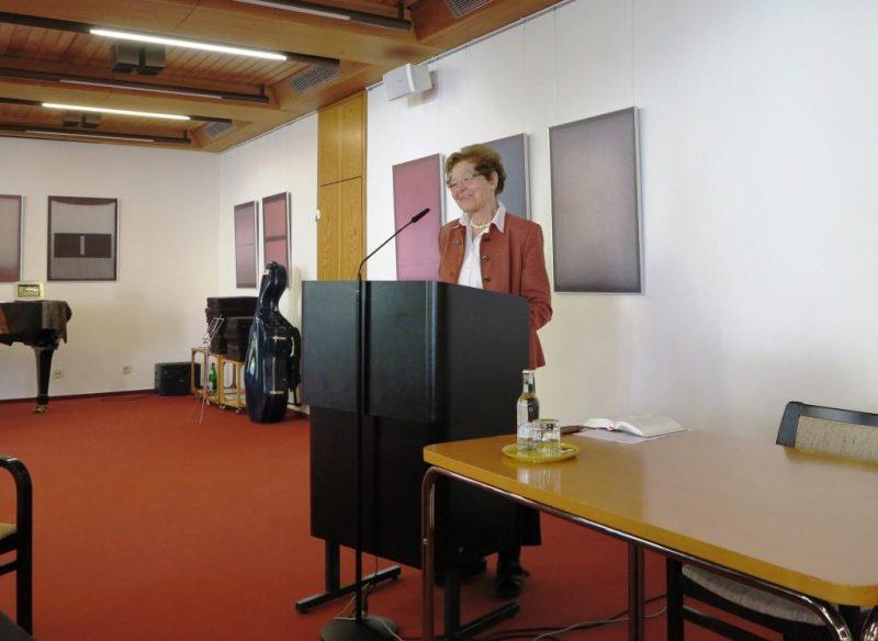 Dr. theol. Anna Ulrich bei der Einführung in die Liturgien der Ostertage