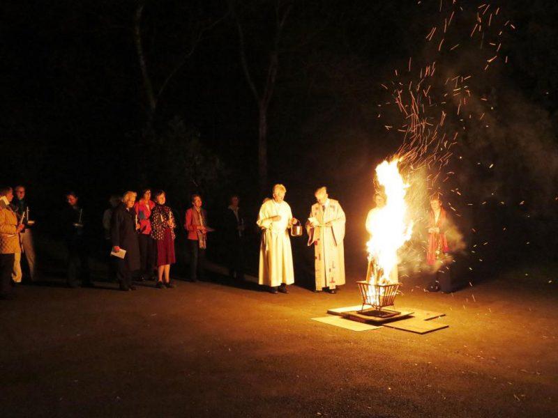 Das Osterfeuer wird geweiht
