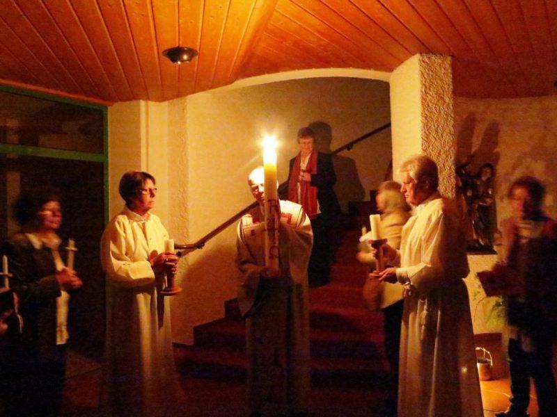 Die Osterkerze wird in die Kapelle getragen