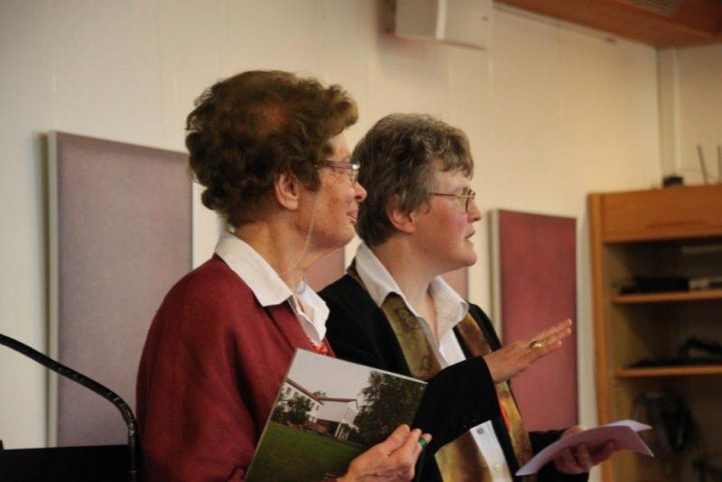 Frau Dorothee erläutert die neue Broschüre
