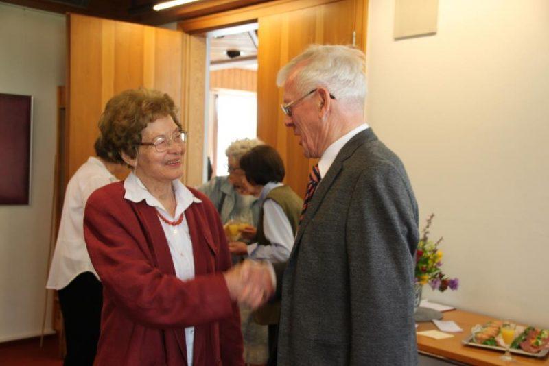 Pfarrer Ernst begrüßt Frau Anna