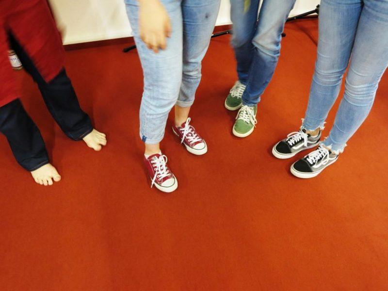 Unkonventionelle Fußbekleidung der Musikerinnen