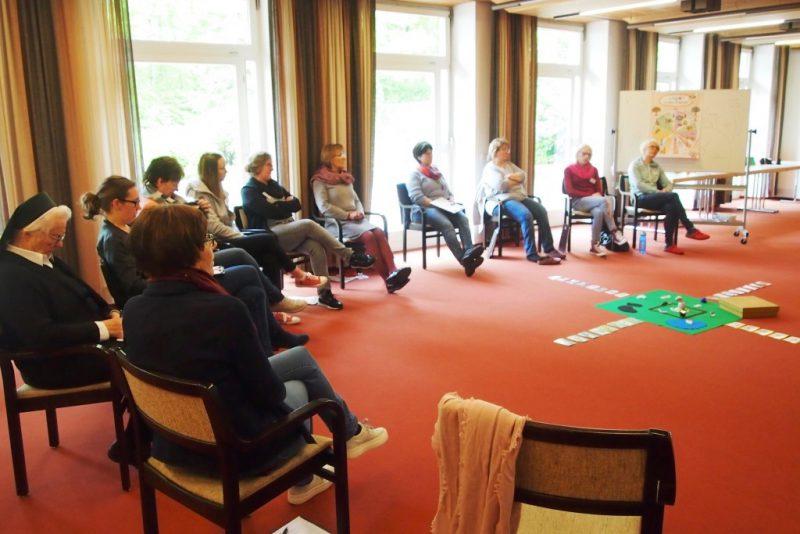 Ein interessierter Kreis von Teilnehmerinnen