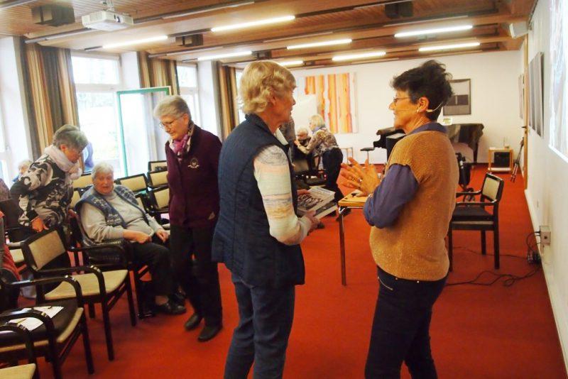Annette Erös im Gespräch mit Teilnehmerinnen