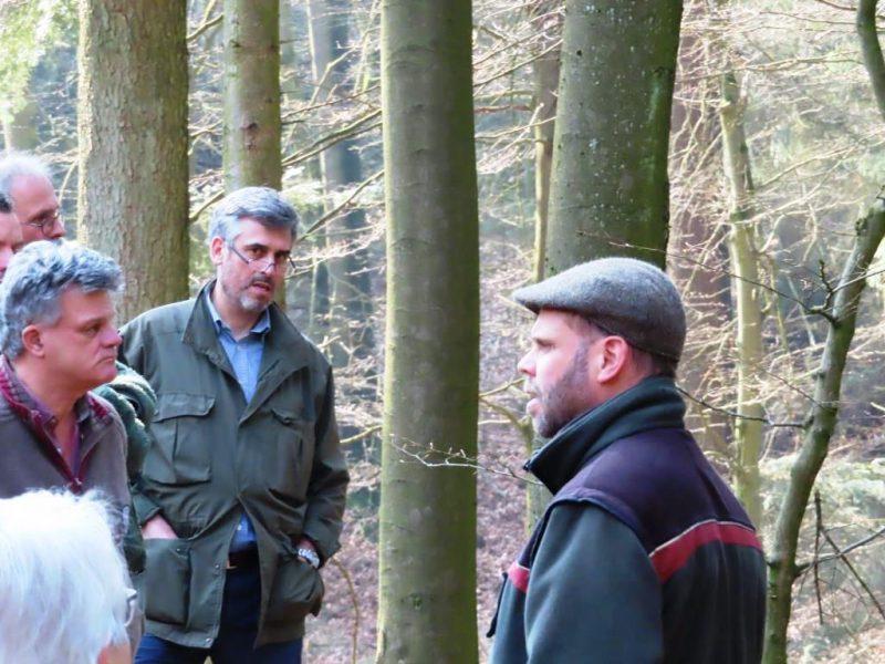 Fachdiskussion im Wald