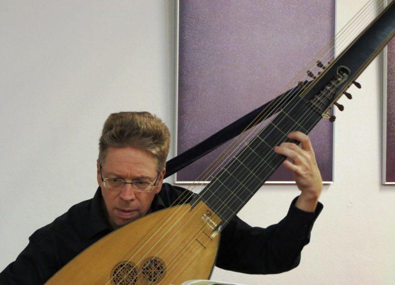 Christian Stahl spielt die Theorbe