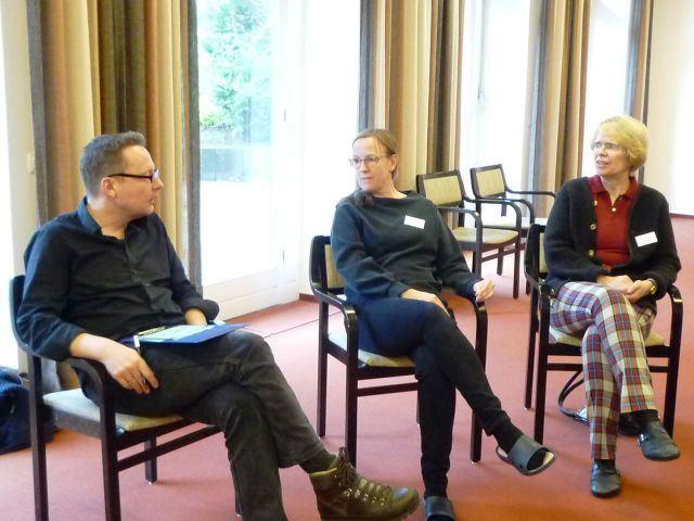 Theaterpädagoge Dieter Bolte im Auswertungsgespräch einer Übung