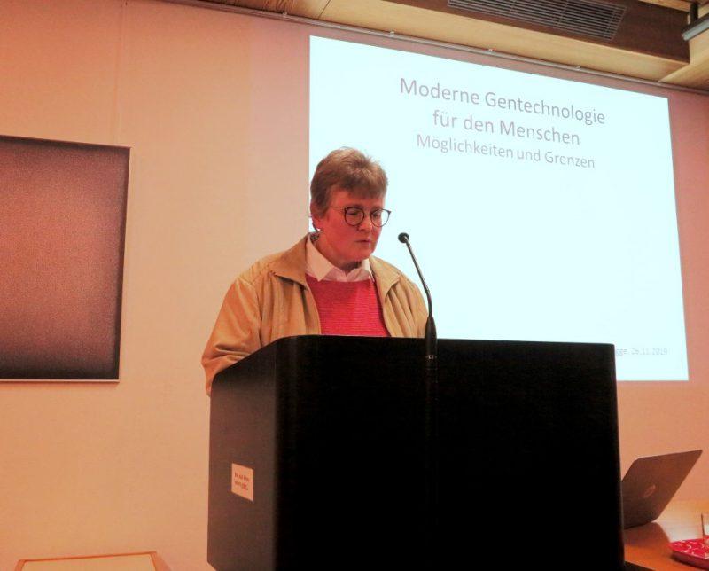 Lic. theol. Dorothee Mann begrüßt als Tagungsleitung Referenten und Teilnehmer