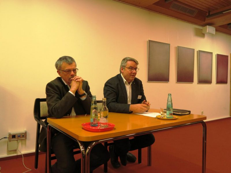 Prof. Dr. Epplen und Dr. Ulli Polenz diskutieren gemeinsam mit den Teilnehmern