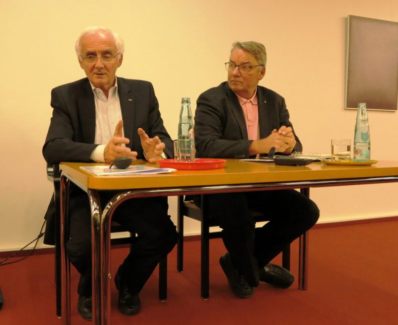 Prof. Dr. Klaus Zerres und Dr. Polenz bei der Diskussion