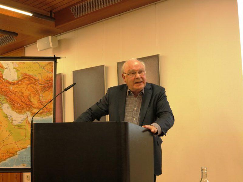 Prof. Dr. Udo Steinbach bei seinem engagierten Vortrag