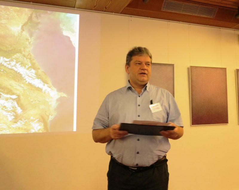 Tagungsleiter Damian Lazarek koordiniert die Diskussionsbeiträge