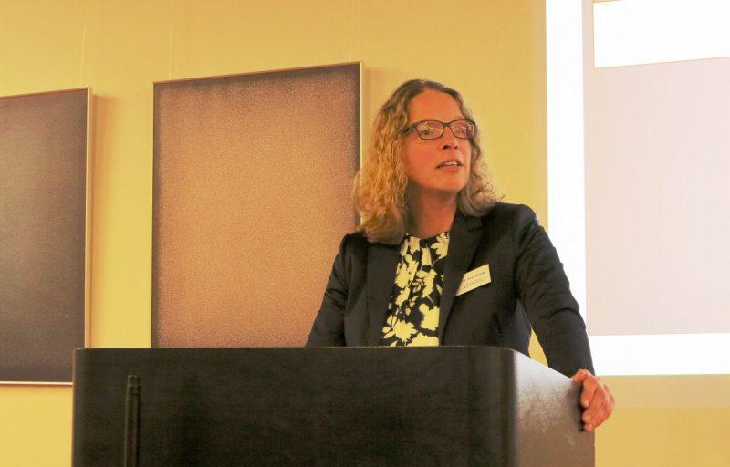 Frau Dr. Anne Kirsch begrüßt die Tagungsteilnehmerinnen.....