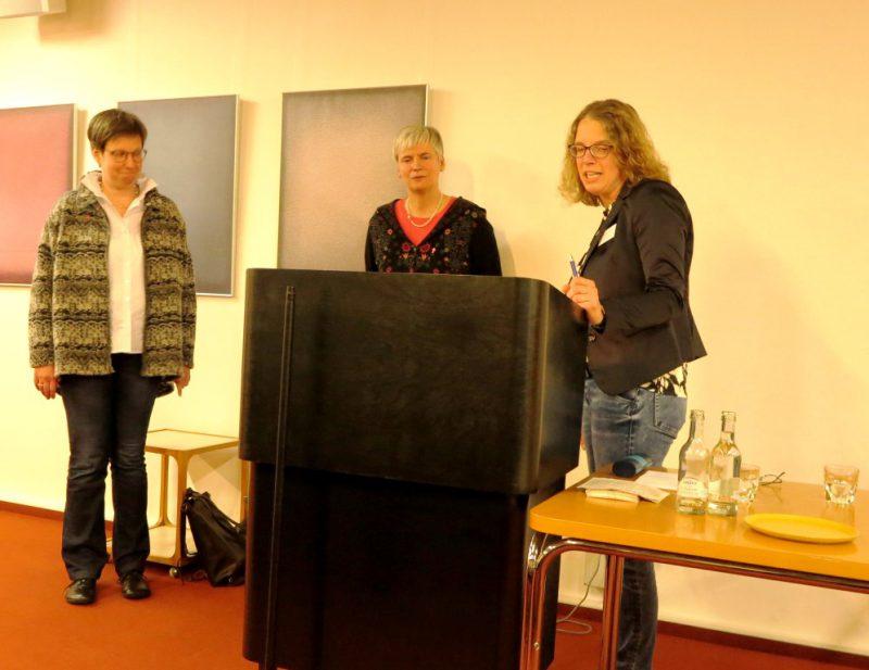 Frau Dr. Kirsch stellt die Referentinnen des Abendvortrags vor: Susanne Kochanek und Bärbel Lödige vom City-Kloster in Bielefeld