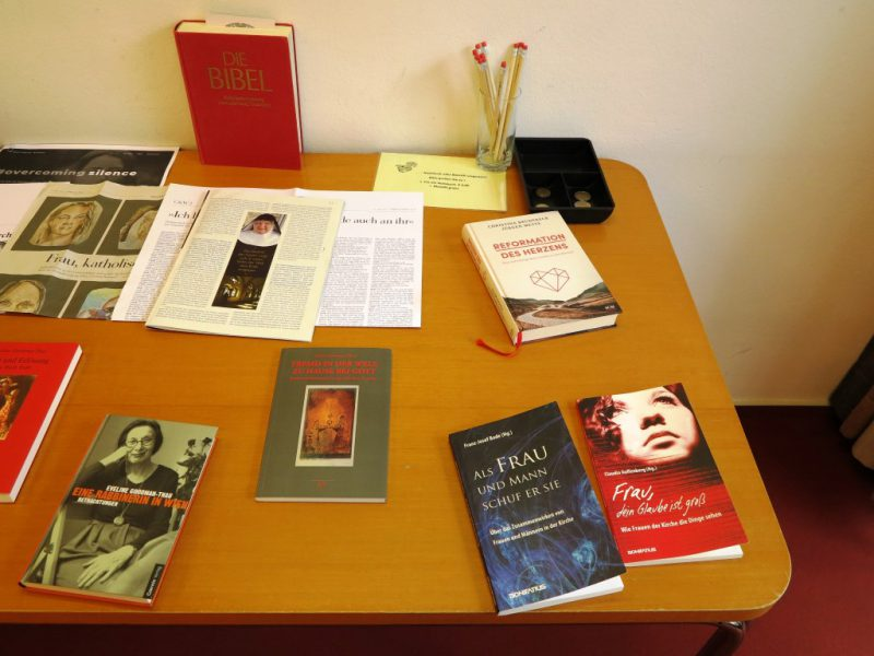 Empfehlungen für die weitere Lektüre liegen auf dem Büchertisch