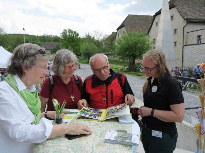 Projektleiterin Carolin Bockhoff (r.) informiert sich mit weiteren Radfahrern am Info-Stand der Hegge