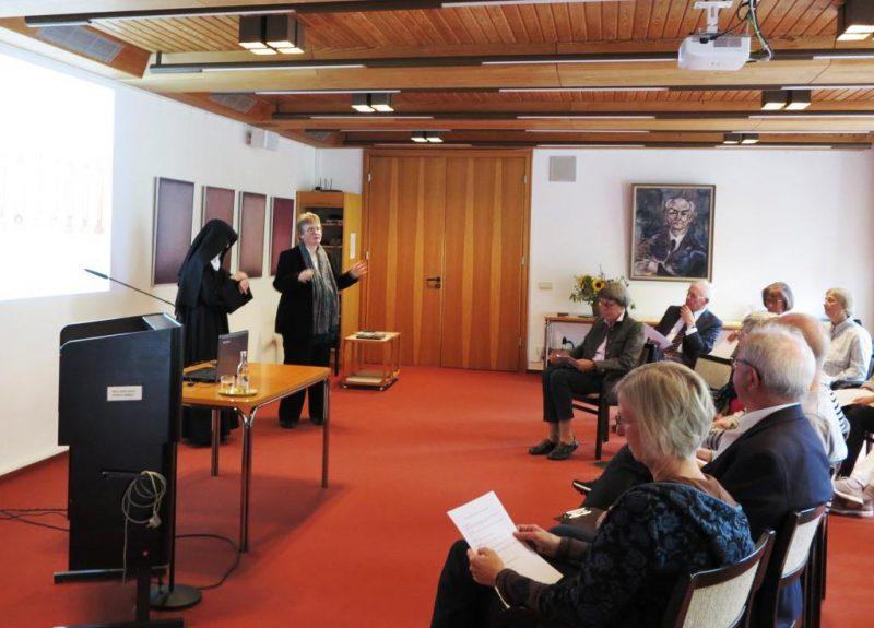 Begrüßung der Teilnehmer durch Dorothee Mann, Die Hegge