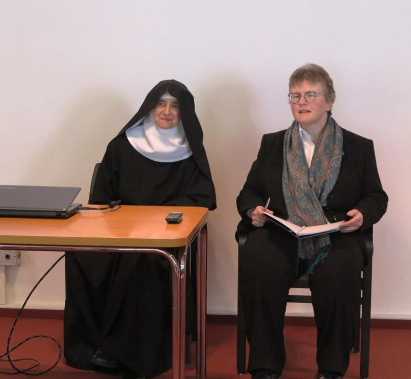 Sr. Hildegard Wolters OSB und Dorothee Mann beim Schlussgespräch